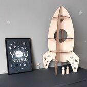 Treleker til barn skal være gøy å leke med samtidlig som de er praktiske.Vår raketthylle er perfekt til ethvert barnerom og fremmer barnas kreativitet og fantasi 🚀www.annamor.no . foto @elisabethaask