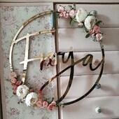Ser du etter unik dekor?Passer perfekt til alle anledninger • dåp • bursdag • konfirmasjon • bryllup eller som pynt til barnerommet ✅www.annamor.no . krans @cutitnow.pl blomsterdekor & foto @robotka.reczna
