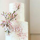 Hvordan kan du få den fantastiske kaken til å bli helt perfekt? 😍Personliggjør din kake med vår unike dekor 🎂Se vårt utvalg på www.annamor.no