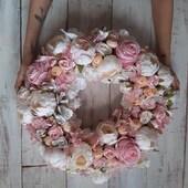 Ser du etter unik dekor?Passer perfekt til alle anledninger 🌸 • dåp • fødselsdag • konfirmasjon • bryllup eller som pynt til huset!www.annamor.no . blomsterkrans & foto @robotka.reczna