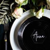 Våre enkle og stilfulle bordkort gjør ditt festbord eksklusivt 🖤www.annamor.no . 📷 @littlemiphotography