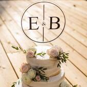 Hvordan kan du få den fantastiske kaken til å bli helt perfekt? 💍🎩🥂#bryllup #bryllupskake #kaketoppPersonlige kaketopper til den spesielle anledningen finner du hoss oss på www.annamor.no . foto @littlemiphotography