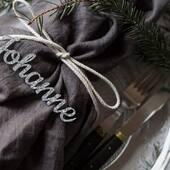 Har du tenkt på hvordan julebordet ditt skal se ut i år? ⭐️Se vårt utvalg av bordkort og annen dekor til jul 🎄 www.annamor.no . foto @littlemiphotography