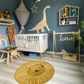 Perfekt designet gutterom hos @tonjeoglinnea 💙 Vi designer tilsvarende skilt som passer til ditt barnerom ✅ Dinosauren kommer snart i nettbutikken 🦕www.annamor.no