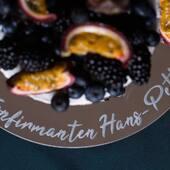 Nærmer det seg konfirmasjon?🇳🇴Våre kakefat kan designes med konfirmantens navn 👌 Se vårt utvalg på www.annamor.no . foto @littlemiphotography